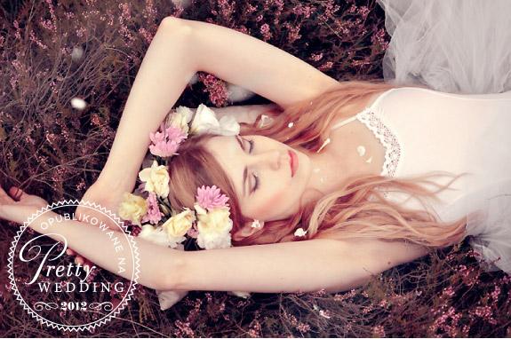 Wianek z żywych kwiatów we włosach