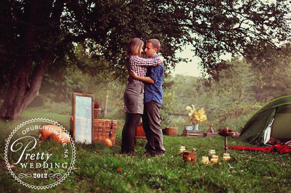 Zdjęcia przyszłych małżonków w ogrodzie