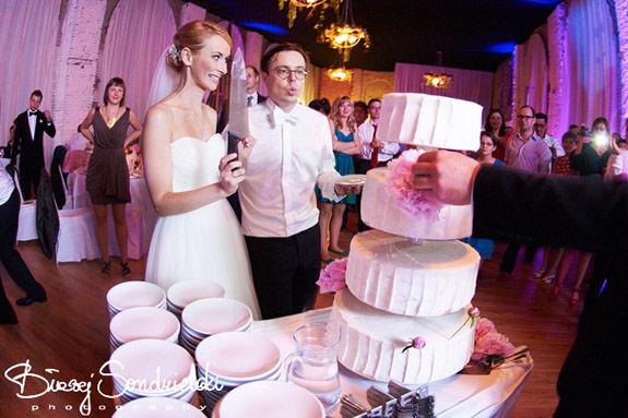 Prosty piętrowy tort weselny