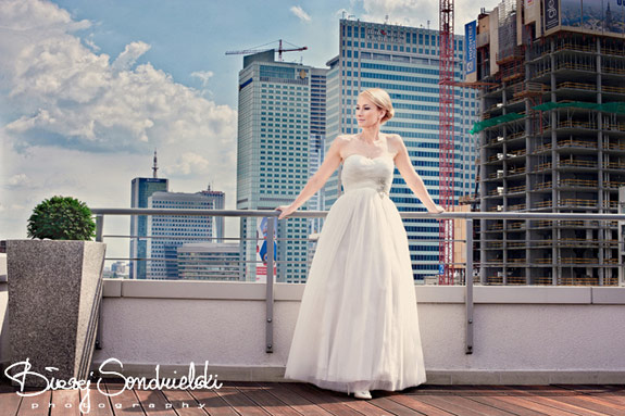 Pani Młoda w prostej sukni ślubnej