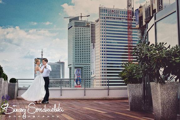 Zdjęcie pary młodej na dachu budynku