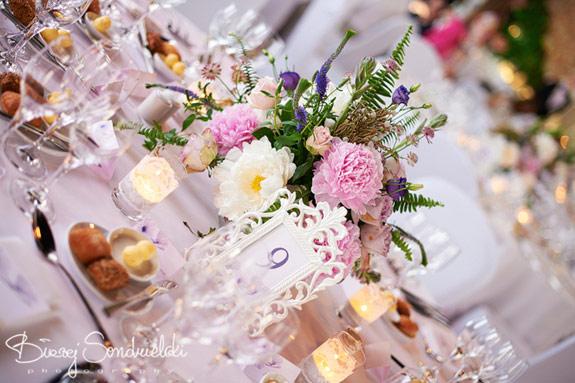Różowo fioletowa dekoracja stołów