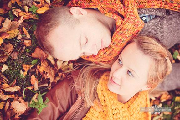 Jesienna sesja zaręczynowa w złotych liściach