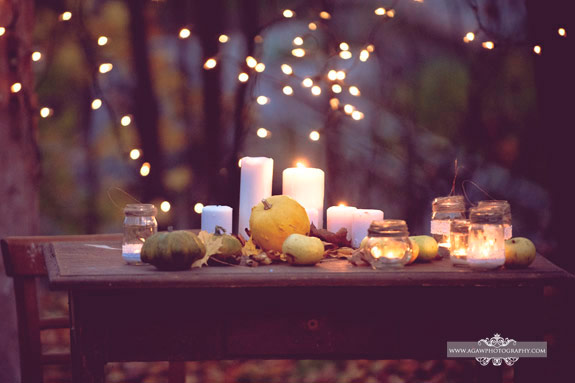 Dynie, światełka i detale vintage na stole