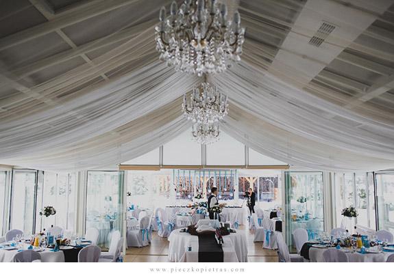 Niesamita sala weselna. Piękna duża sala na wesele i biało niebieskia kolorystyka dekoracji