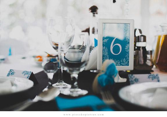 Numery stołów w kolorze niebieskim