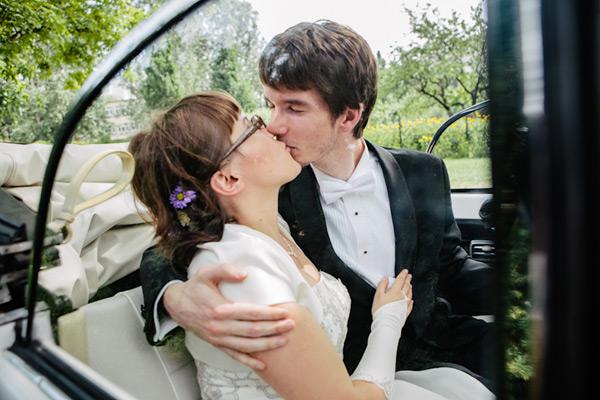 Nowożeńcy w samochodzie