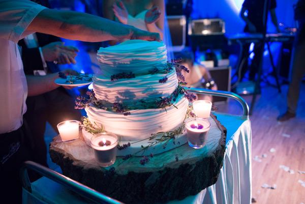 Tort dekorowany lawendą