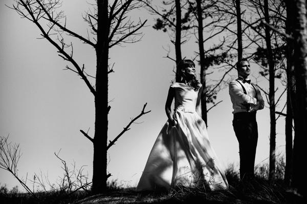 Plener ślubny w lesie nad morzem