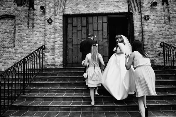 Kasia w drodze do kościoła