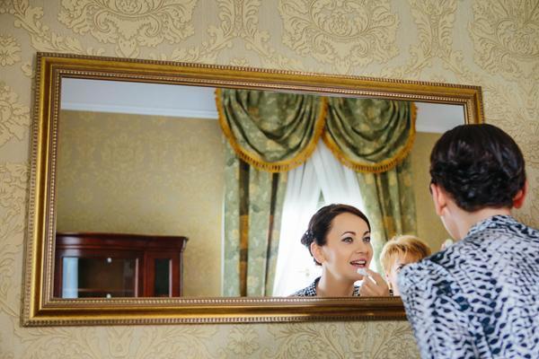 Odbicie Pani młodej w lustrze