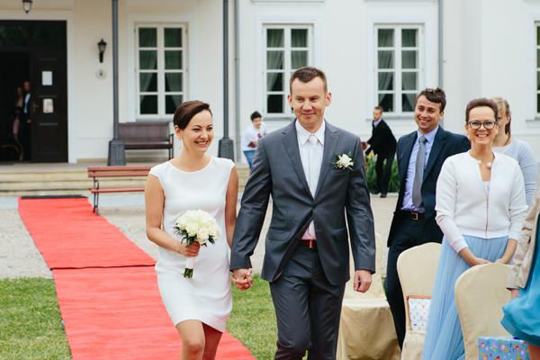 Para Młoda w drodze na ślub plenerowy
