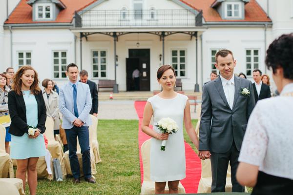 Prosta sukienka ślubna i grafitowy garnitur