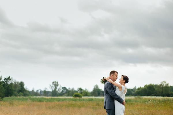 Piękne kadry ślubne w pochmurny dzień