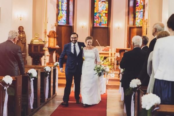 Nowożeńcy wychodzą z kościoła po uroczystości zaślubin